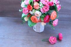 Искусственные розы в красивой вазе Стоковые Фотографии RF