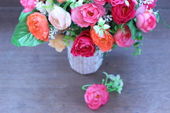 Искусственные розы в красивой вазе Стоковое Изображение RF