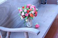 Искусственные розы в красивой вазе Стоковое Изображение