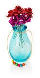 Искусственные розы в стеклянной вазе изолированной на белом backgroun Стоковые Фотографии RF