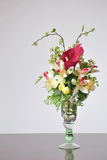Искусственные цветки ваз на столе Стоковое Изображение