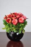 Искусственные цветки ваз Стоковое Фото