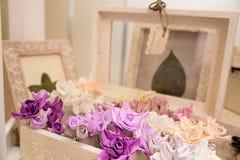 Искусственные цветки в коробке Стоковое фото RF