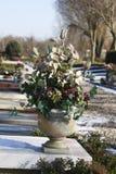 Искусственные цветки на могиле Стоковые Изображения