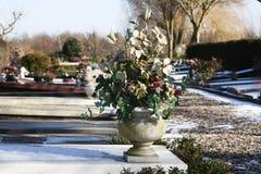 Искусственные цветки на могиле Стоковая Фотография RF