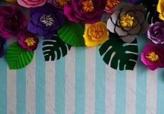 Искусственные цветки на striped предпосылке для открыток Стоковая Фотография RF
