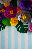 Искусственные цветки на striped предпосылке для открыток Стоковое Фото