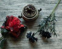 Искусственные цветки с горелкой ладана Стоковое фото RF