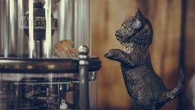 Искусственный кот стоя и смотря рыб стоковые изображения