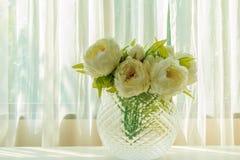 Искусственный цветок в стеклянной вазе Стоковые Изображения