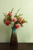 Искусственный цветок в стиле вазы винтажном стоковые фотографии rf