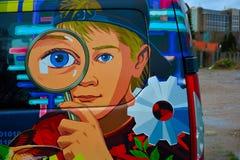 Искусство автомобиля: играть молодого человека, рассматривая с лупой Стоковые Изображения RF