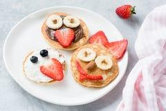 Искусство блинчиков для детей на белой плите Красочная еда детей Стоковые Изображения RF