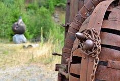 Искусство в природе - деталь ржавого металла закрыла клетку с цепным острословием стоковая фотография rf