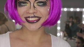 Искусство девушки состава с розовыми волосами сток-видео