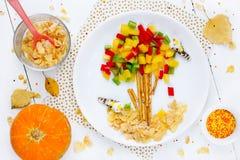 Искусство еды для детей - листьев дерева перца падая Стоковое фото RF