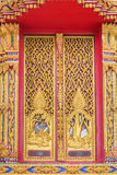 Искусство золотой деревянной двери высекая потоки деталей мифология характера стоковое изображение