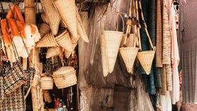 Искусство и ремесла ремесленничеств Meghalaya сделанные с тросточкой и бамбуковыми продуктами Бамбуковая работа тросточки, табуре стоковое изображение rf