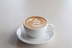 Искусство и ремесло стиля тюльпана latte кофе Селективный фокус Стоковые Изображения