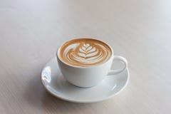 Искусство и ремесло стиля тюльпана latte кофе Селективный фокус Стоковые Фото