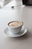 Искусство и ремесло стиля тюльпана latte кофе Селективный фокус Стоковая Фотография RF