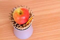 Искусство карандаша и яблока на деревянном руководителе идеи концепции предпосылки Стоковые Изображения RF