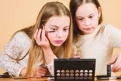 Искусство макияжа Исследуйте мам косметики кладут концепцию в мешки E Маленькие девочки детей составляют сторону r стоковые изображения rf