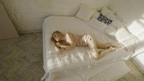 Искусство моды красивой чувственной женщины в розовом negligee в ее будуаре E Домашний интерьер спальни Красивое утро акции видеоматериалы