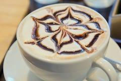 Искусство на верхней сливк горячего шоколада или кофейной чашки latte Стоковые Изображения RF