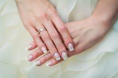Искусство ногтя свадьбы с camomiles Стоковое Изображение