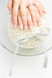 Искусство ногтя с белизной пинка цветов Стоковые Фото