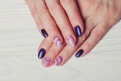 Искусство ногтя с фиолетовыми и розовыми цветами Стоковое Изображение