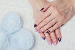Искусство ногтя с фиолетовыми и розовыми цветами Стоковое фото RF