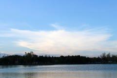 Искусство облака по своей природе на озере Стоковое Изображение