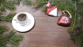 Искусство открытки Нового Года и рождества Ель, чашка свеж-заваренного кофе и украшения рождественской елки помещенных дальше сток-видео