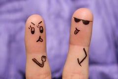Искусство пальцев пар Пара спорит, они показывает языки стоковая фотография