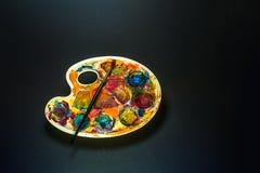 Искусство поставляет палитру и щетку для красить стоковая фотография rf