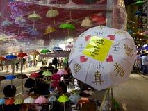 Искусство улицы протестующего на движении зонтика, заливе мощёной дорожки, Гонконге Стоковые Изображения