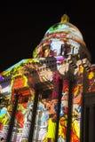 Искусство цветов кожи запроектировало на колониальном здании Стоковые Изображения