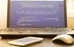 Искусство ASCII фразы развития сети внутри кода HTML Рабочее место веб-разработчик в светах захода солнца Стоковые Изображения RF