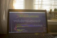Искусство ASCII фразы развития сети внутри кода HTML Рабочее место веб-разработчик в светах захода солнца Стоковая Фотография