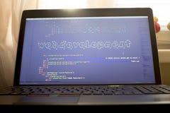 Искусство ASCII фразы развития сети внутри кода HTML Рабочее место веб-разработчик в светах захода солнца Стоковая Фотография RF