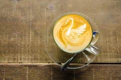 Искусство Latte лебедя на деревянной таблице Стоковое фото RF