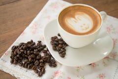 Искусство latte кофе с кофейным зерном Стоковые Фото
