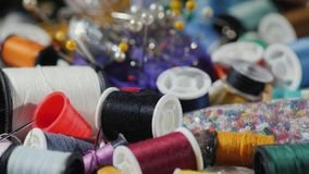 Искусство needlework Предпосылка с потоками, иглами и другими аксессуарами для вышивки Стоковая Фотография