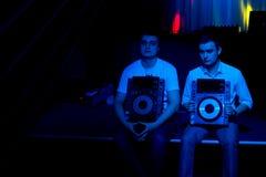 2 диск-жокея держа turntables Стоковые Фото