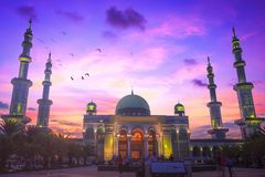 Исламская концепция: красивая большая мечеть стоковые фото