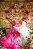 Исламская свадьба, groom кладя ожерелье золота на невесту Traditi стоковое фото rf