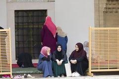 Исламские девушки сидят в дворе husrev Gazi умоляют мечети в Сараеве Стоковые Фотографии RF