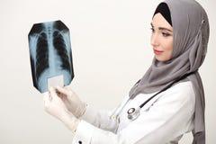 Исламский доктор женщины смотря фильм рентгеновского снимка стоковая фотография rf